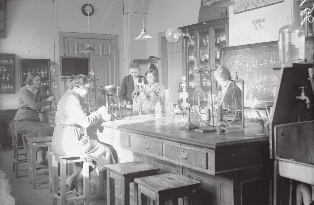 Занятие кружка по повышению квалификации в химической лаборатории Политехнического музея, 1938 г. (Из изобразительного фонда Политехнического музея. КП 012528)