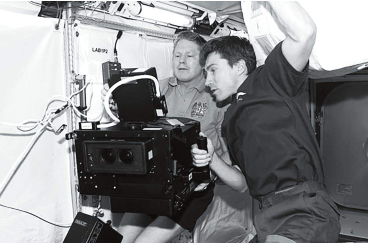 Рис. 2. Космонавты У. Шеппард и С. Крикалев во время работы с кинокамерой 3D ICBC на борту МКС, февраль 2001 г. (фото НАСА)
