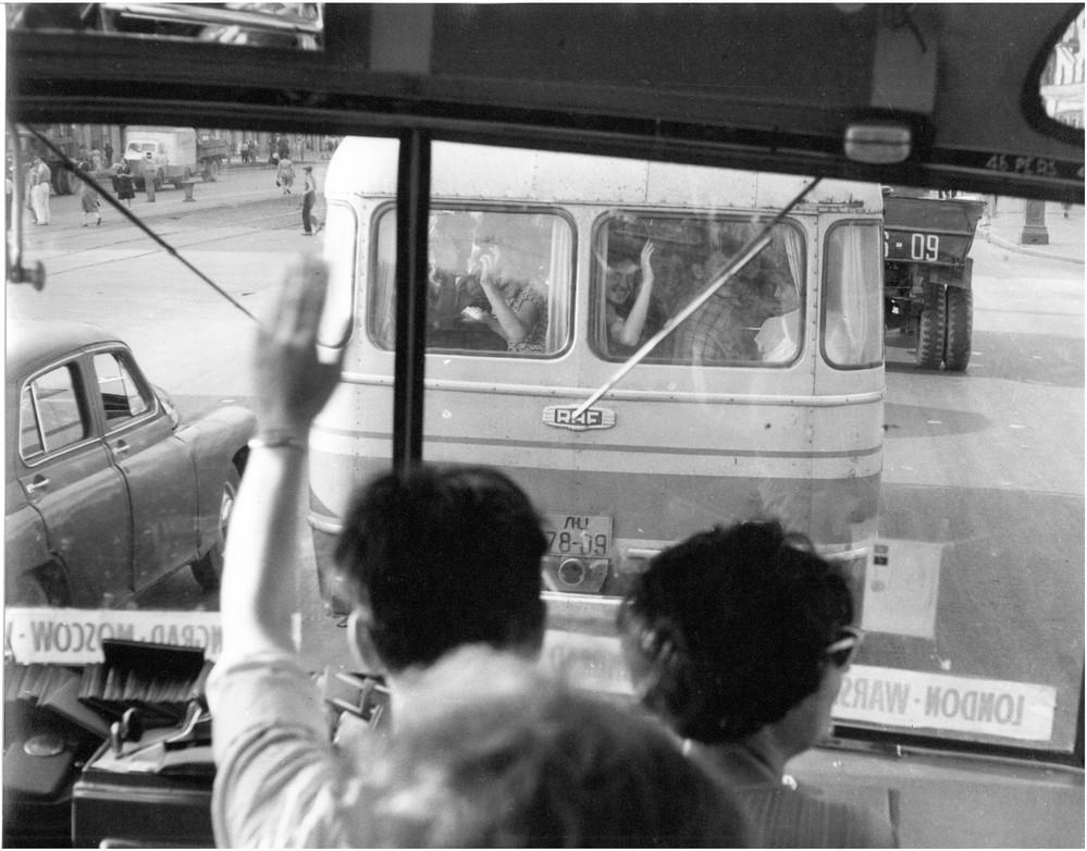 Вид из кабины автобуса Пушкинского клуба. Внизу надпись маршрута: «Лондон— Варшава…Ленинград—Москва». Pushkin House archive (London). Box 6. Vol. 2. 1960 г.