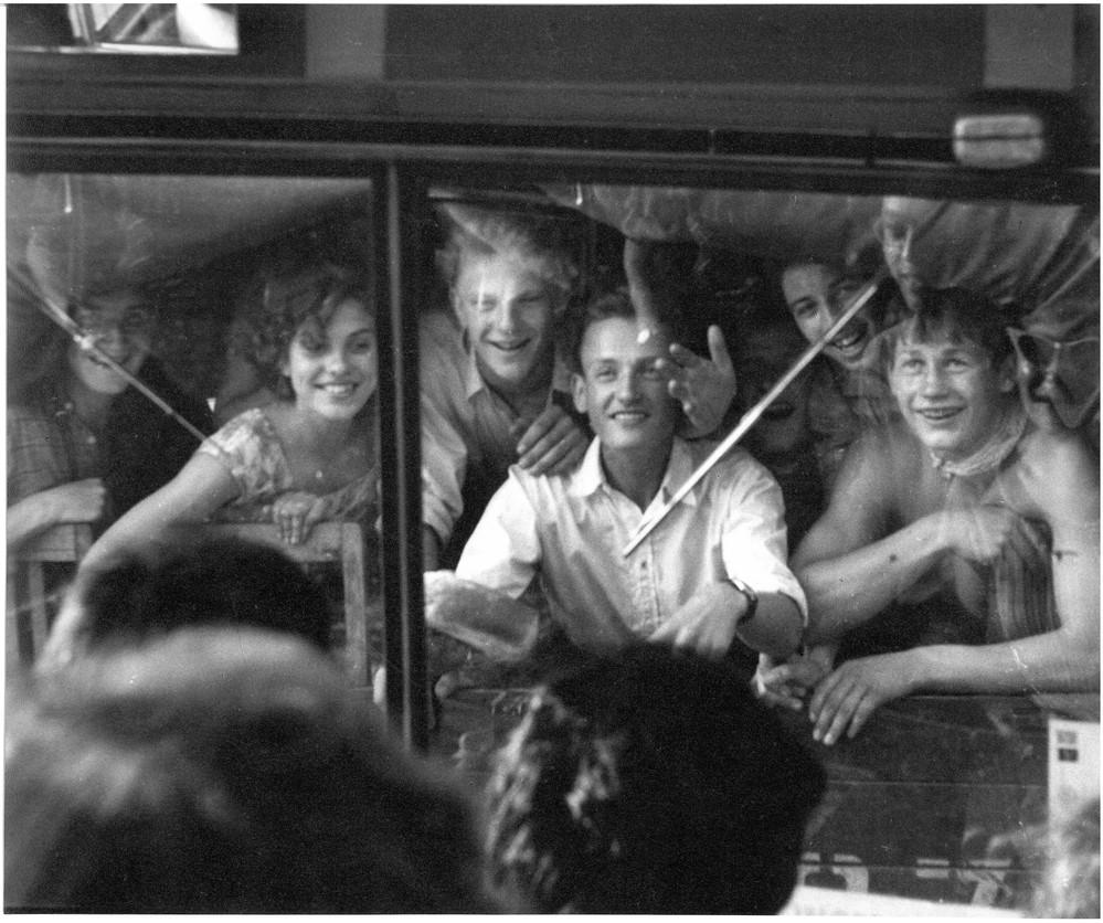 Вид из кабины автобуса Пушкинского клуба. Момент невербального общения с советской молодежью. Pushkin House archive (London). Box 6. Vol. 2. 1960 г.