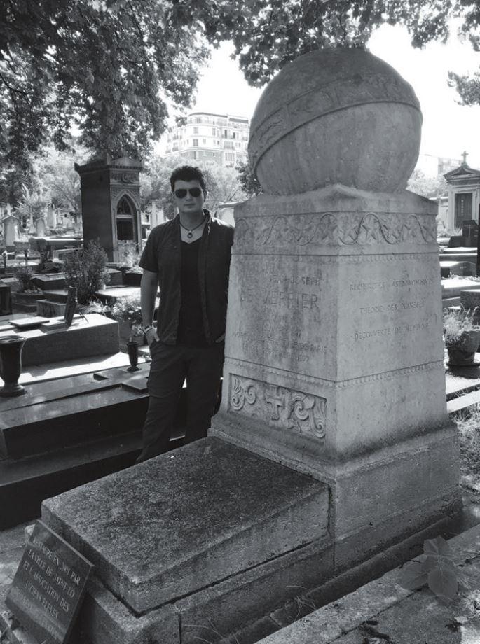 К. Батыгин рядом с памятником У. Леверье и около его могилы