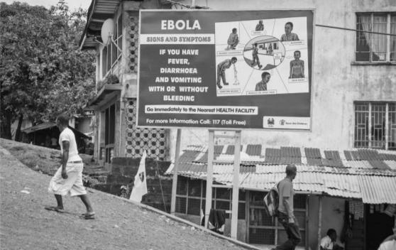 Фото 1. «Признаки и симптомы Эболы: если у вас жар, диарея и рвота с кровью или без, немедленно обратитесь в ближайшее медицинское учреждение». Лагос, Нигерия.