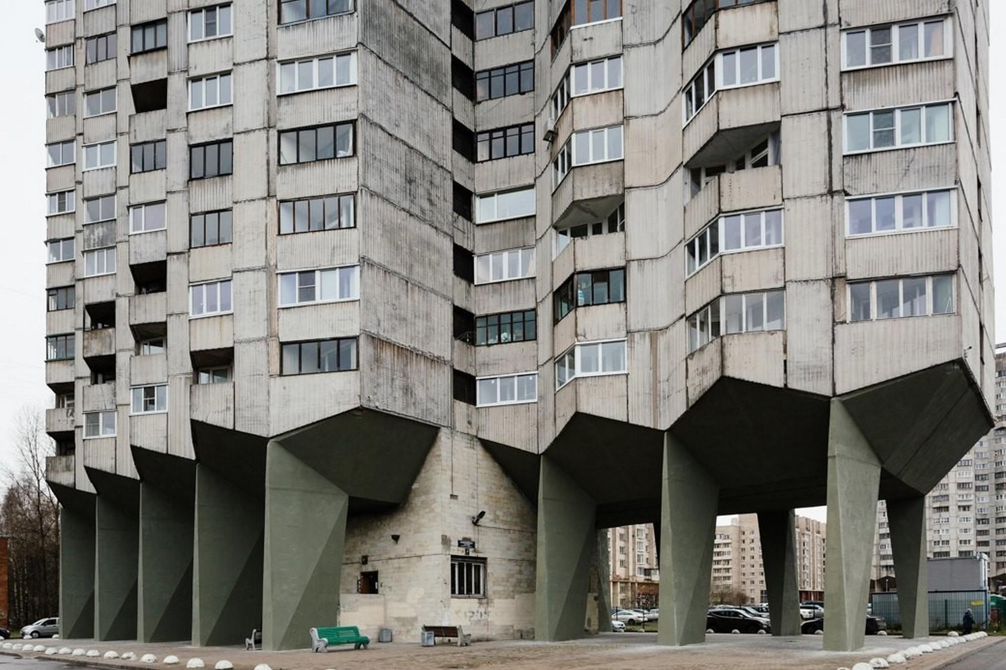 [Рис. 2.] Дом «на курьих ножках» в Санкт-Петербурге на Новосмоленской набережной. Архитектор В. Сохин. 1988