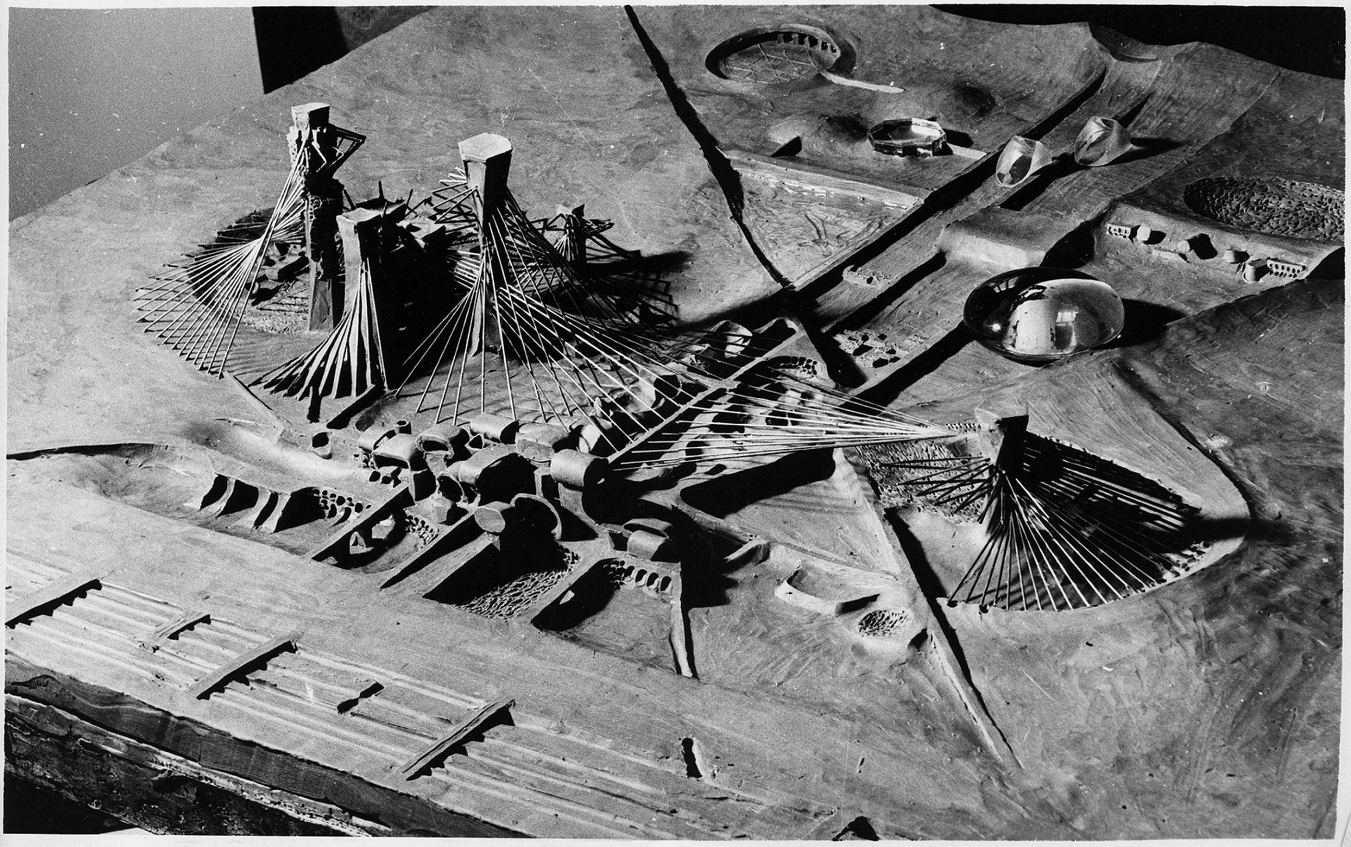 [Рис. 4.] Научный комплекс. Проект НЭР на 14-й Триеннале, Милан. 1968. Макет   На переднем плане — исследовательские институты, комплексы временного активного расселения (КВАР), далее — лаборатории и экспериментальные площадки