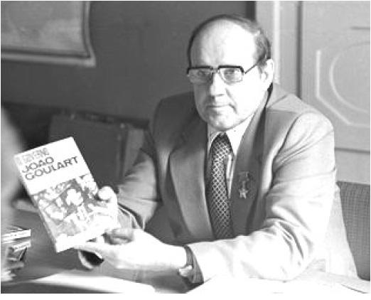 Виктор Вацлавович Вольский в своем рабочем кабинете в ИЛА