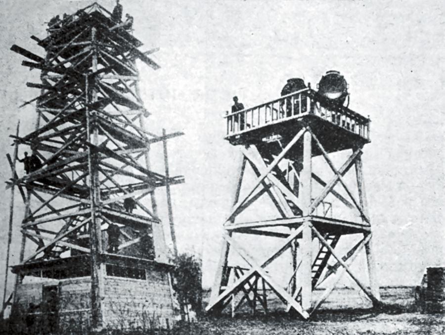 Рис. 8. Постройка вышки для неонового маяка на Омском аэродроме. Справа – посадочные прожекторы