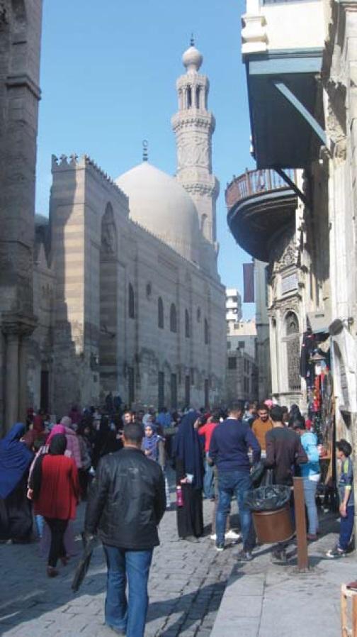 Фото 10 (справа). Рядом с медресе султана Баркука никогда не бывает мало людей (фото автора)