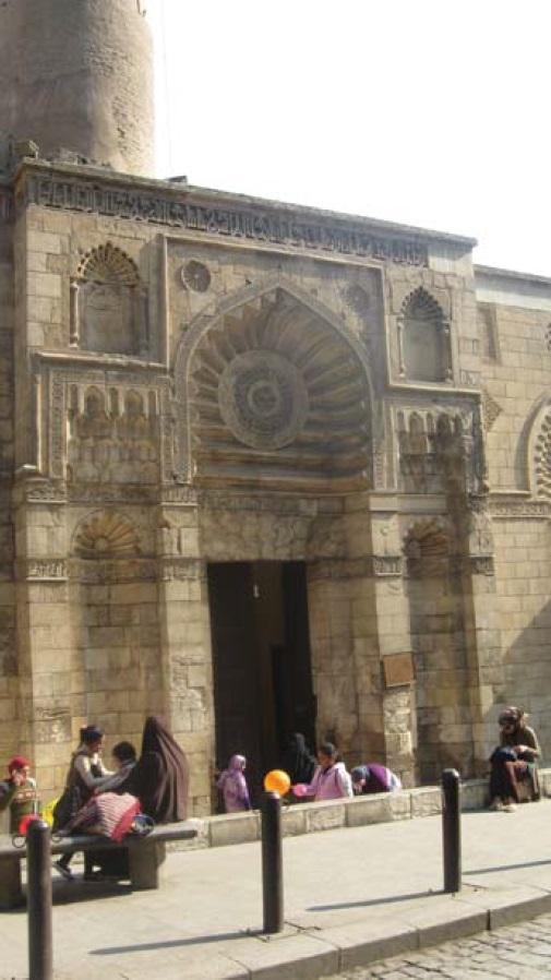 Фото 9 (слева). «Луноподобная» мечеть ал-Акмар (фото автора)