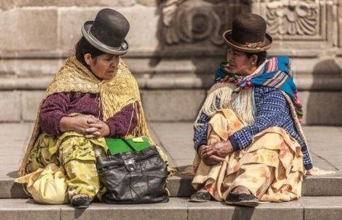 Боливийки в шляпах, столь популярных для жительниц страны