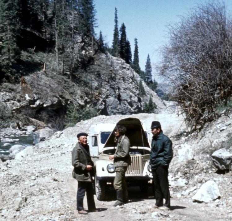 Рис. 2. Р. Д. Забиров (слева) на горной дороге по пути к высокогорной станции в долине р. Чон-Кызыл-Су, 1978 г.