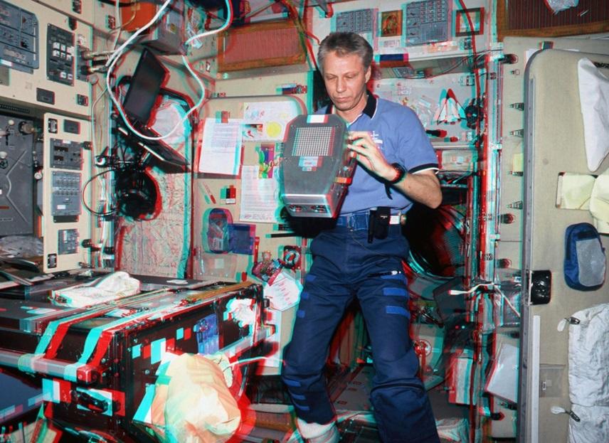 Рис. 2. Астронавт ЕКА Т. Райтер во время работы с камерой ERB-1 на борту МКС, 2006 г. (фото ЕКА)