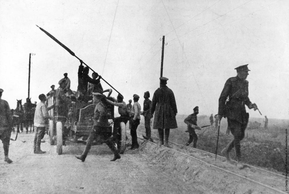 Солдаты останавливают грузовик, захваченный дезертирами, 1917 г.