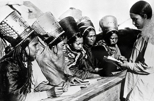 Комсомолка обучает грамоте молодых туркменок, 1931 г.