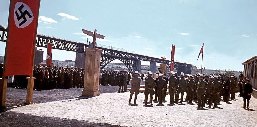 Торжественное открытие ж/д моста через Днепр в районе Запорожья, Рейхскомиссариат Украина, июль 1943 г. Фото В. Холльнагеля