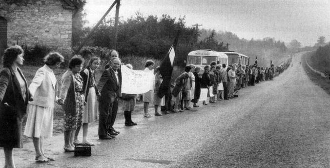 Акция «Балтийский Путь» — живая цепь из жителей Прибалтики, протянувшаяся от Таллина до Вильнюса, 23 августа 1989 г.