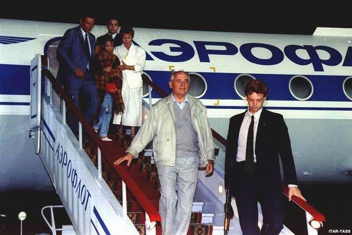 Августовские события усилили позиции российского руководства, сорвали подписание нового союзного договора и еще больше ослабили Горбачева, а процесс распада СССР вступил в свою активную фазу
