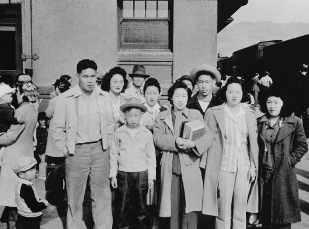 Американские японцы готовятся к депортации из города Худ-Ривер, штат Орегон, 1942 г.