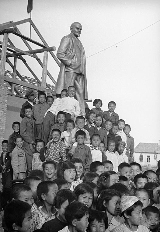 Корейские дети у памятника Ленину. Узбекистан, 1930-е гг.