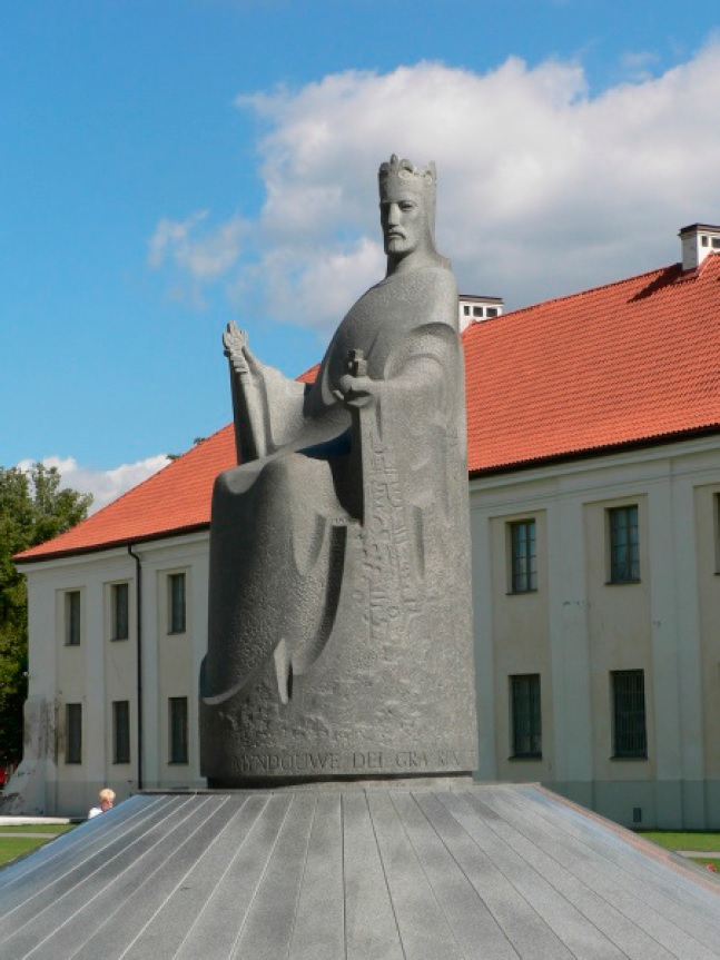 Рис. 20. Памятник королю Миндовгу в Вильнюсе. 2003 г.